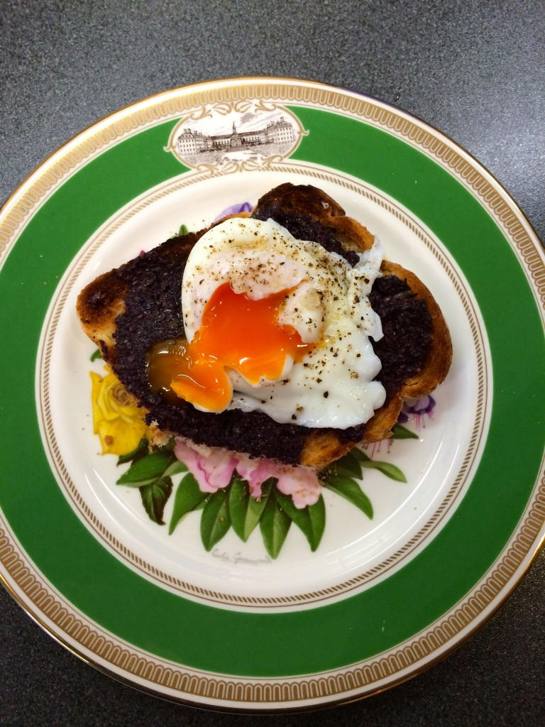 Quick lunch - poached egg & tapenade on toast