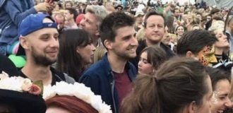 David Cameron in middle of Festival crowd